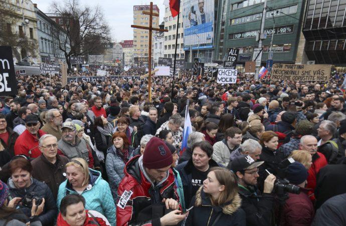 Több ezer ember az utcán, hogy kérje a rendőrfőnök lemondását Szlovákiában