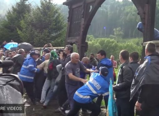 Criminal file for Romanian demonstrators who have destroyed the gate from the Cemetery in Valea Uzului